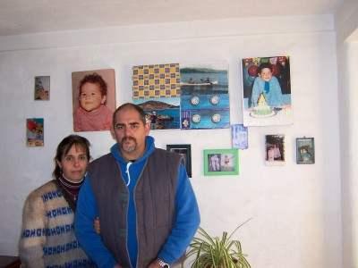 Mamá y Papá de David Moreno. En la pared las fotos de David